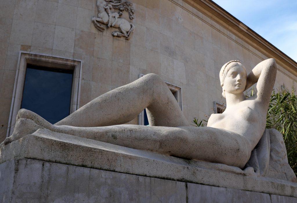 déesse statue couchée perles pierres monts et merveilles